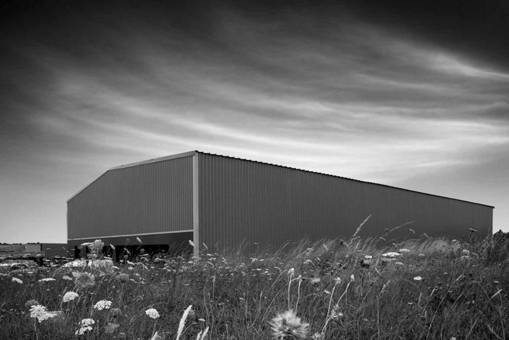 Un hangar dans la nature